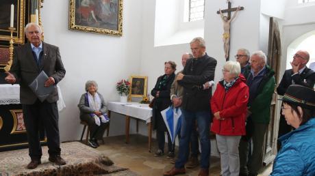 Zahlreiche Besucher lauschen Heimatpfleger Hubert Raabs Ausführungen über die Geschichte der Windener Kapelle.