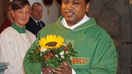 Pater Nirdosh Kujur ist neuer Kaplan in der Pfarreiengemeinschaft Aindling. Zur Begrüßung in Todtenweis gab es einen Blumenstrauß.