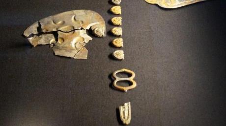 Noch im Grundzustand und nur aneinandergelegt sind die ausgestellten Fragmente des Pferdegeschirrs, die zu einem späteren Zeitpunkt aufwendig restauriert werden sollen.