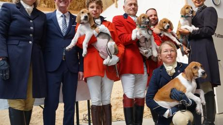 Landrat Klaus Metzger (Zweiter von links) übernahm beim Schleppjagdverein von Bayern die Patenschaft für fünf Foxhounds, den L-Wurf. Mit im Bild Sissi Veit-Wiedemann (links) und weitere Mitglieder des Schleppjagdvereins.  Foto: Erich Echter