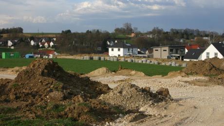 """Im Frühjahr 2018 begannen die Erschließungsarbeiten für das neue Baugebiet am """"Schüsselhauser Feld"""" in Aindling. Ob der Wohnungsbau im Wittelsbacher Land durch die bayerische Bauoffensive beschleunigt wird, ist in den Rathäusern umstritten."""