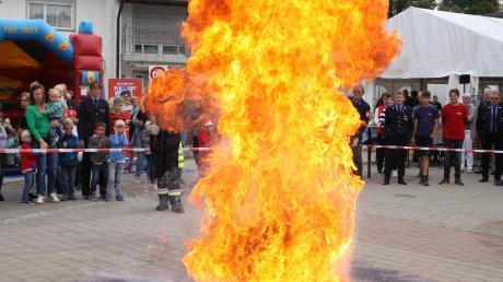 Die Kühbacher Feuerwehr demonstrierte, was bei einer Fettexplosion in einer Pfanne passiert.