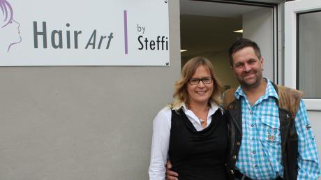 Steffi und Stephan Finkenzeller freuten sich 2019 über die Eröffnung des neuen Friseursalons auf ihrem Hof in Sielenbach-Raderstetten.