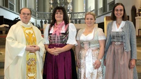 Diözesanadministrator Dr. Bertram Meier (links) mit den drei neuen Mitarbeiterinnen im pastoralen Dienst (von links): Christa Döllner, Verena Wörle aus Obergriesbach und Marie Zengerle.