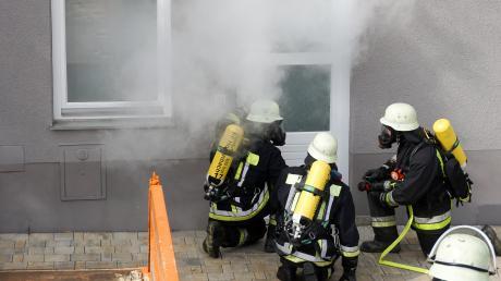 Mit vielen Demonstrationen und Vorführungen gaben die Ortsteilwehren den Besuchern Einblick in ihre tägliche Arbeit. Hier retten die Hollenbacher Atemschützer in einer Schauübung eine vermisste Person aus einem rauchenden Kellerraum.