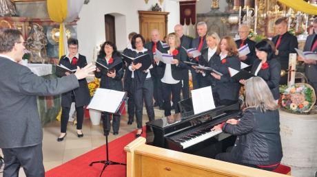 Bei einem stimmungsvollen Gottesdienst feierte der Todtenweiser Kirchenchor sein zehnjähriges Bestehen und demonstrierte sein Können.