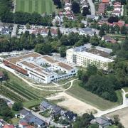 Das neue Aichacher Krankenhaus (Gebäudekomplex links) soll für eine Tagesklinik aufgestockt werden; rechts im alten Krankenhaus gibt es seit einem Jahr die Psychiatrische Institutsambulanz.