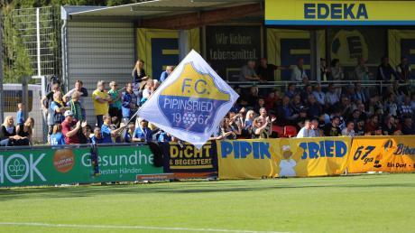 Volle Unterstützung bekommen die Pipinsrieder Spieler vom Fanklub Bibaschria 67ga. Gerade nach dem Rückstand peitschen die zahlenmäßig deutlich unterlegenen FCP-Anhänger ihr Team nach vorne. Am Ende gewinnt der Dorfklub in der Kreisstadt Landsberg mit 5:1.