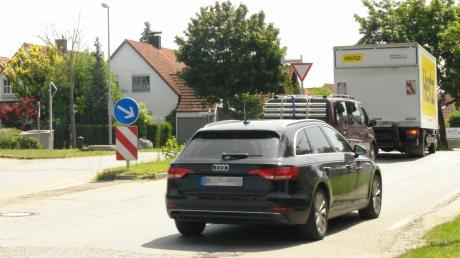 Eine Ampel soll Autofahrern helfen, die in Mühlhausen wie hier vom Unterkreuthweg wieder in die Staatsstraße 2035 abbiegen wollen. Denn sie müssen sich zu Stoßzeiten lange gedulden.