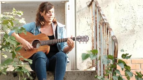 Alle nennen Monika Wagner nur Moni. Sie hat sich das Gitarrespielen selbst beigebracht und schreibt ihre Texte manchmal nachts. Am liebsten singt sie die Lieder im Grünen.