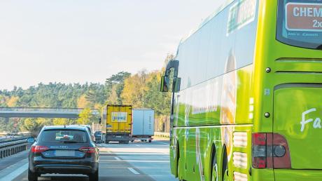 Ein Schnellbus vom Bahnhof Dasing auf der Autobahn zum Bahnhof Pasing – der fährt bald. Eine Magnetschwebebahn auf der A8 (unten) – das ist eine Vision.