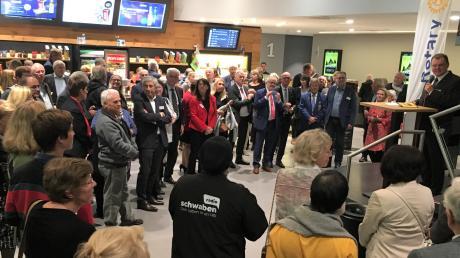 Rotary-Präsident Dr. Gerhard Lehrberger (rechts mit Mikro) eröffnete am Montag vor zahlreichen Gästen das 5. Aichacher Filmfestival.