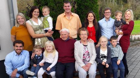 Glückwünsche für das Jubiläumspaar (hinten von links) die Enkel und Urenkel: Katrin, Karina, Niklas, Markus, Bianca, Lukas, Emilia, Regina. Vorne von links: Matthias, Elias, Amelie, das Jubelpaar Stefan und Maria Huber, Anika und Jonas.