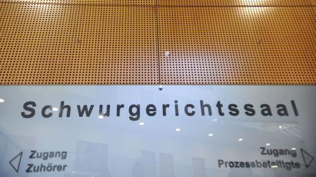 Die Staatsanwaltschaft hat Anklage gegen einen 27-Jährigen zum Landgericht Augsburg (Schwurgerichtskammer) erhoben. Er soll im April im Pöttmeser Ortsteil Wiesenbach seine Mutter und seine Großmutter beinahe totgeprügelt haben.