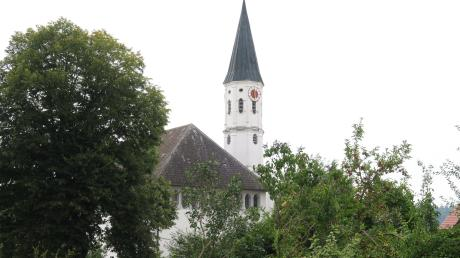 Rund 260 Menschen leben in dem kleinen Pöttmeser Ortsteil Wiesenbach. Im April ereignete sich dort eine grausige Tat: Ein heute 27-Jähriger soll mit einem Baseballschläger auf seine Mutter und seine Großmutter eingeprügelt haben. Beide Frauen überlebten nur knapp.