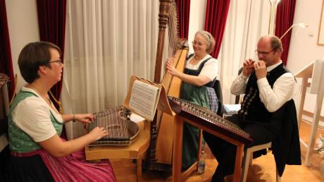 Die Kleeblattl-Musi aus Kühbach sorgte für den passenden musikalischen Rahmen: (von links) Sabine Huber, Anja Krammer und Michael Huber. Mundartdichterin Rosy Lutz aus Klingen begeisterte das Aichacher Publikum im Sisi-Schloss.