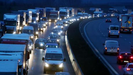Nach einem Unfall bei Odelzhausen kommt es seit dem frühen Mittwochmorgen zu langen Staus auf der A 8 in Richtung Stuttgart.