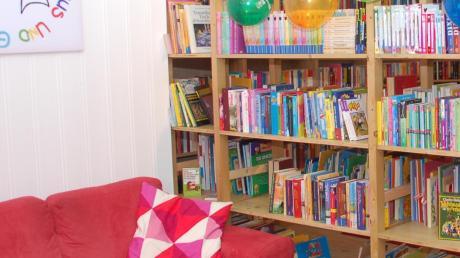 Im ehemaligen Mannschaftsraum der Schiltberger Feuerwehr ist eine gemütliche Bücherei entstanden.