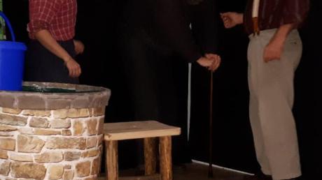 """Die Theaterfreunde des SSV Alsmoos-Petersdorf zeigen das Stück """"Zu wenig und zu viel""""."""