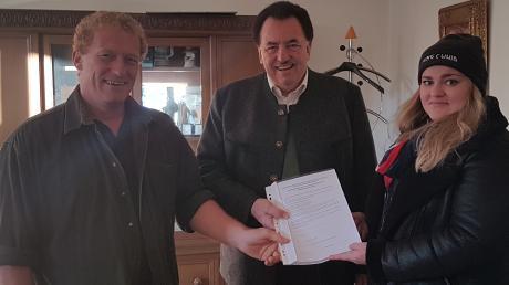 Thomas Federlin (links) und Saskia Posch übergaben Anfang November an Bürgermeister Karl Metzger die 377 Unterschriften. Damit beantragten sie einen Bürgerentscheid über die Beibehaltung des ehrenamtlichen Bürgermeisters in Inchenhofen. Am 8. Dezember entscheiden nun die Inchenhofener.