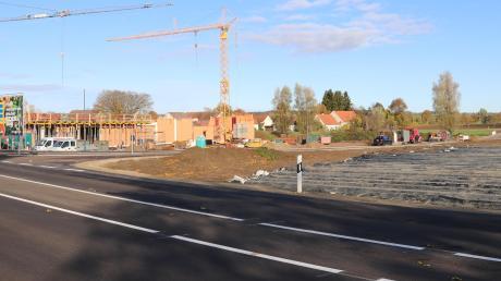 Ein großes Schild kündet jetzt davon: Am Ortseingang von Motzenhofen entsteht derzeit ein Edeka-Markt. Die Abbiegespur auf der Staatsstraße 2047 zur Zufahrt ist jetzt fertig, die Fahrbahn neu asphaltiert, die Markierungen angebracht. Rechts neben dem Supermarkt entsteht der neue Bauhof der Gemeinde. Foto: Claudia Bammer