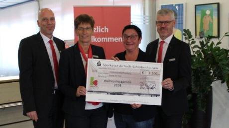 Eine Spende der Sparkasse Aichach-Schrobenhausen für die Kartei der Not in Höhe von 1500 Euro überreichten Vorstandsvorsitzende Birgit Cischek (Zweite von links) und die Vorstandsmitglieder Rainer Wörz (links) und Michael Appel AN-Redakteurin Claudia Bammer.