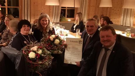 Die Bürgermeister Lorenz Braun und Martin Echter (von rechts) ehrten Claudia Gadsch (Mitte) für 30 Jahre an der Sielenbacher Schule und Christiane Günther (links) für 40 Jahre Dienst als Lehrerin.