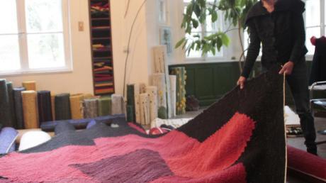 Text und Textil betitelt Andrea Dresely aus Wiesenbach ihre neueste Ausstellung im Gempfinger Pfarrhof.