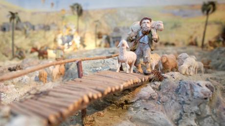 Josef Duile aus Pfaffenhofen schnitzt seit mehr als 40 Jahren kleine Holzfiguren. Dabei ist unter anderem diese Krippe entstanden.