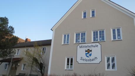 """Ein Anbau an die Sielenbacher Schule war ein Thema in der Bürgerversammlung. So soll möglicherweise das Platzproblem gelöst werden. """"Ab jetzt muss der Grundeigentümer die Einmessung selbst bezahlen, wenn Grenzsteine rausgeackert werden."""""""