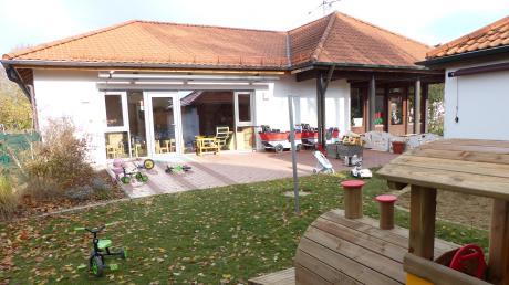 Erst kürzlich ist die Holz-Lok im Außenbereich des Kinderhauses eingezogen. Auch um diesen zu erhalten, kam den Beteiligten die Idee, das Bestandsgebäude aufzustocken.