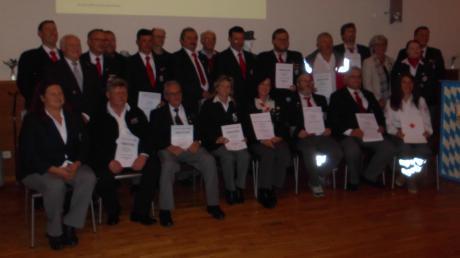Zahlreiche Mitglieder wurden im Rahmen der 60-Jahr-Feier der Rot-Kreuz-Bereitschaft Pöttmes ausgezeichnet.