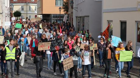 Vom Aichacher Stadtplatz aus zogen Demonstranten im September, ausgestattet mit Trillerpfeifen und Megafon, durch die Bauerntanzgasse, Steubstraße und Koppoldstraße zurück zum Rathaus. Am Freitag wollen wieder zahlreiche Menschen demonstrieren.