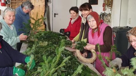 Die Damen des Katholischen Frauenbunds Inchenhofen binden bereits fleißig Adventskränze.