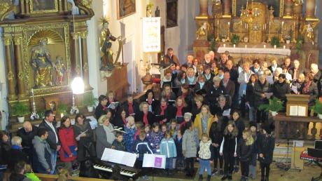 Die Chöre und Solisten gemeinsam im Altarraum beim Schlusslied.