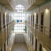 Eine Angestellte der Justizvollzugsanstalt Aichach wird positiv auf das Virus getestet. Daraufhin müssen fast 100 Insassen isoliert werden. Seit Montag gibt es Entwarnung.