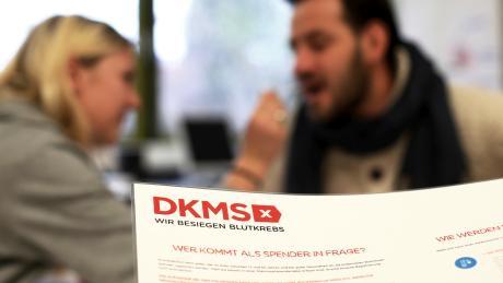 In Pöttmes findet am Samstag, 30. November, von 11 bis 16 Uhr eine Typisierungsaktion der DKMS in der Schule, Gartenstraße 28, statt. Potenzielle Stammzellenspender können sich dort mit einem Wangenabstrich registrieren lassen.Unser Archivfoto entstand 2016 bei einer ähnlichen Aktion in Neu-Ulm.