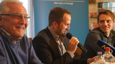 2017 besuchte Augsburgs damaliger Trainer Manuel baum (Mitte) den TSV Aindling um Präsident Ludwig Grammer (links). AN-Sportredakteur Sebastian Richly (rechts) führt als Moderator durch den FCA-Stammtisch.