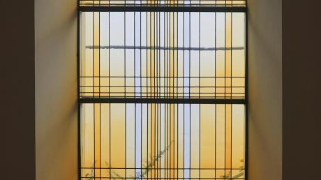 Das neu gestaltete Fenster der Stadtpfarrkirche Aichach in goldgelben Farben bringt eine angenehme Lichtdurchflutung und Stimmung in den Raum.