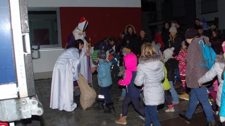 Der Nikolaus kam wieder mit dem MAN-Weihnachtstruck und verteilte Geschenke an die Kinder.