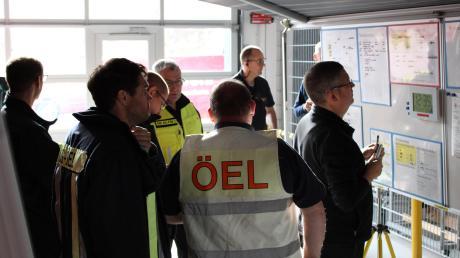 Im Aichacher Feuerwehrhaus hielten die Kreisbrandinspektion und die Unterstützungsgruppen der Feuerwehren eine Übung ab. Fotos: Stefan Schmid, Kreisfeuerwehr