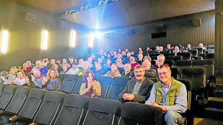 """Mit viel Applaus wurde Regisseur Norbert Lechner (vorne rechts) in Aichach nach der Vorstellung seines Films """"Zwischen uns die Mauer"""" und einer anschließenden Fragerunde belohnt."""