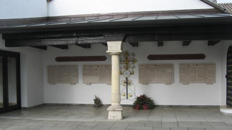 In neuem Glanze erstrahlt das Hollenbacher Kriegerdenkmal. Auch die Leichenhalle (links) wurde bei dieser Gelegenheit renoviert. Foto: Walter Mika