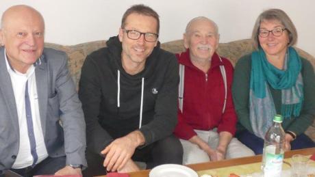 Das Geburtstagskind und seine Gratulanten: (von links) Bürgermeister Tomas Zinnecker, Sohn Hans, der Jubilar Hans Zera und Tochter Christine.