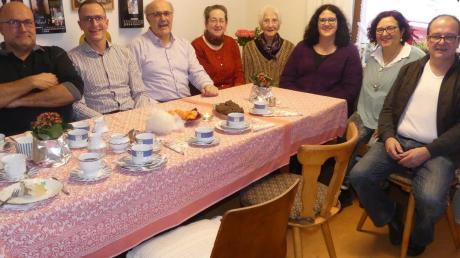 Die Geburtstagsgäste beim 85. Geburtstag von Elisabeth Riegl (Vierte von rechts) in Aindling waren: (von links) ihre Kinder Peter, Bernhard und Christian, Gertrud Hitzler, Zweite Bürgermeisterin der Marktgemeinde Aindling, sowie die Kinder Evi, Andrea und Stefan.