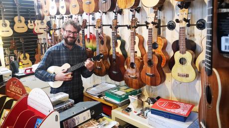 Ukulele spielen macht glücklich, behauptet Peter Sedlmeyr, Inhaber des Aichacher Musikhauses Sedlmeyr am Oberen Tor.