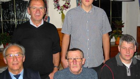 Bei Josef Mörtl bedankte sich die Kameradschaft für die Renovierung des Ehrenmals: (hinten von links) Johann Ruisinger, Korbinian Weber, (vorne von links) Peter Kröpfl, Josef Mörtl und Konrad Weber. Foto: Martin Oswald