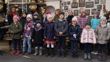 Die Sängerinnen und Sänger des Sielenbacher Kinderchors singen mit kräftigen Stimmen.