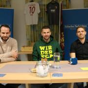 Fußball-Profi Daniel Baier im Gespräch mit Ecknachs Fußballchef Jochen Selig (links) und AN-Sportredakteur Sebastian Richly.