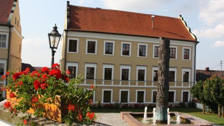 Arbeitet der nächste Bürgermeister im Inchenhofener Rathaus ehrenamtlich oder hauptamtlich? Darüber wird am Sonntag entschieden.